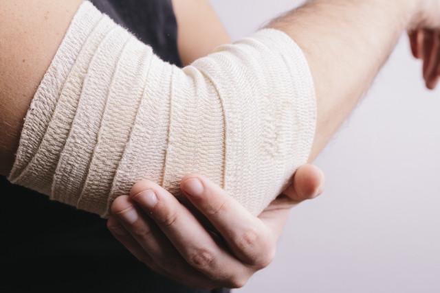肘の痛み緩和のためのテーピング
